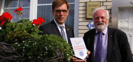 Altpräsident Hans-Hermann Schweers (links) übergibt smybolisch einen Rotary Club-Wimpel an seinen Nachfolger Rolf Schütze.Foto: kh