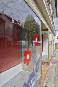 """Hoffnung an leerem Schaufenster: """"Blumenthal kommt"""" lautet der Slogan. Foto: Barth"""