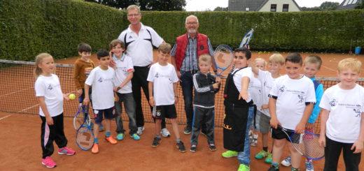 Vereinsvorsitzender Dieter Schindler und Ortsvorsteher Peter Schnaars (v.l.) freuten sich über die jungen Besucher auf der Anlage des Tennisvereins Scharmbeckstotel. Foto: Bosse