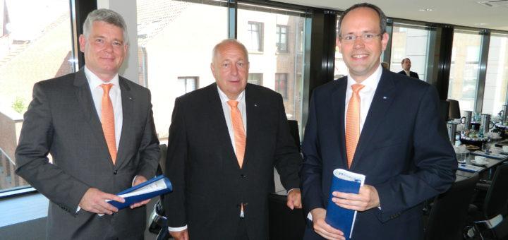 Die Vorstandsmitglieder Mathias Knoll, Wilfried Guttmann und Jan Mackenberg (v.l. präsentierten die Halbjahresbilanz der Volksbank Osterholz-Scharmbeck. Foto: Bosse