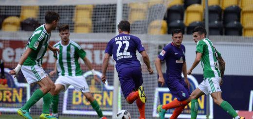 Spielszene Werder gegen Sevilla beim Dresdencup 2016 mit Junuzovic und Bartels