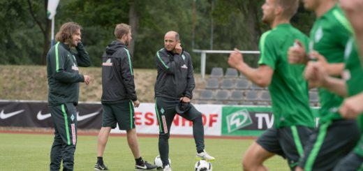 Die Spieler rennen, das Trainerteam um Chefcoach Viktor Skripnik (M.) und seinen Assistenten Torsten Frings (l.) und Florian Kohfeldt bespricht sich. Foto: Nordphoto
