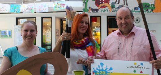 """Vorfreude vor dem Kinderstadtfest: Karina Feldhoff und Dörte Sittig von der """"Pep up GmbH"""" mit Achims Bürgermeister Rainer DitzfeldFoto: pv"""