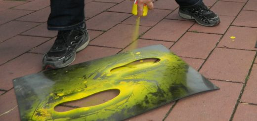 """Die so genannten """"Gelben Füße"""" dienen Schulanfängern als Orientierungshilfe auf den Gehwegen. Foto: Bosse"""