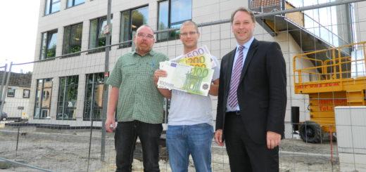 Volksbank-Marketingleiter Jens Themsen (r.) mit dem Gewinner Christian Sauer (M.) aus Grasberg und Handwerker Andreas Blohm. Foto: Bosse