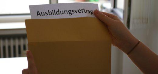 Jugendliche nimmt Ausbildungsvertrag aus dem Umschlag. Symbolfoto: Lürssen