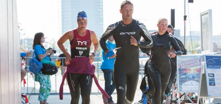 Aus dem Schwimmbecken auf das Fahrrad: Die Triathleten wechseln die Disziplin. Foto: pv