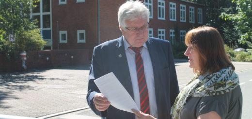 Schwanewedes Bürgermeister Harald Stehnken (l.) erhält den Zuwendungsbescheid von der Landesbeauftragten für regionale Landesentwicklung, Jutta Schiecke. Foto: Waalkes