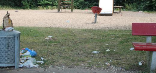 Hier möchte kein Kind spielen: Der Spielplatz auf der Bahrsplate ist völlig verdreckt. Foto: Füller