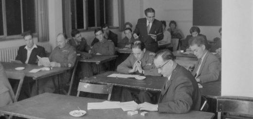 Lehrer Karl-Friedrich Prüter zwischen seinen englischen Schülern. Foto: Stadtarchiv Delmenhorst (Fotonachlass Kunde)