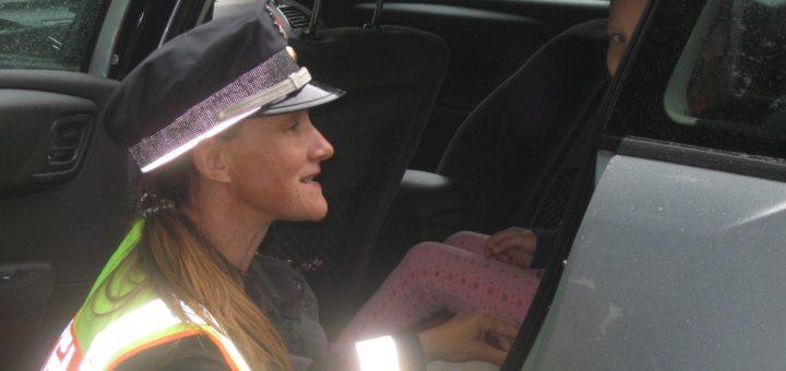 Eine Polizistin kontrolliert in Vegesack, ob dieses Kind im Auto richtig gesichert ist. Foto: Polizei Bremen