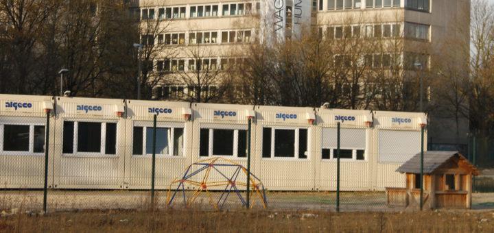 Die Bildungsbehörde will Kinder wie hier in Huchting in Containern unterbringen. Die CDU kritisiert, dass die Planungen dafür zu lange dauern. Foto: Drügemölller