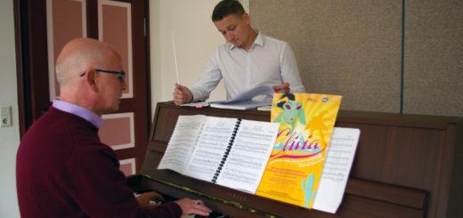 """Musikschulleiter Michael Müller und der musikalische Leiter Adrian Rusnak bereiten sich auf die Premiere der Operette """"Clivia"""" vor. Foto: kh"""