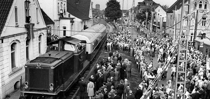 Der Sonderzug mit den Ehrengästen stoppt vor dem alten Bahnhofsgebäude, wo er von rund 4.000 Schaulustigen in Empfang genommen wurde.Foto: Stadtarchiv Delmenhorst
