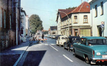 Über viele Jahre ein gewohnter Anblick: Vor dem Bahnübergang Mühlenstraße hat sich eine lange Warteschlange von Autos gebildet. Foto: Stadtarchiv Delmenhorst