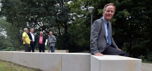 """Dr. Klaus Bohnemann, der erste Vorsitzende des Vereins """"Unsere Graft"""" (vorne im Bild), zeigte sich am Montag erfreut über die jüngst fertig gestellte neue """"Bastion"""", die ein weiterer kleiner Baustein zur Verschönerung der Parkanlage ist.Foto: Konczak"""