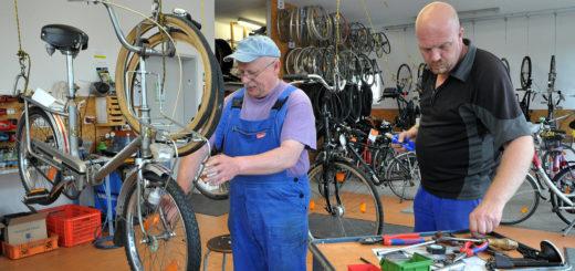 Die Mitarbeiter der Fahrrad-Werkstatt bereiten sich schon auf den Fahrrad-Sonderverkauf beim Sommerfest von der Brücke und der Polizei vor. Foto: Konczak