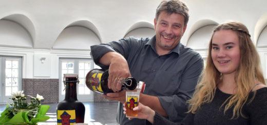 Axel Langnau schenkt Graft-Bier ein.