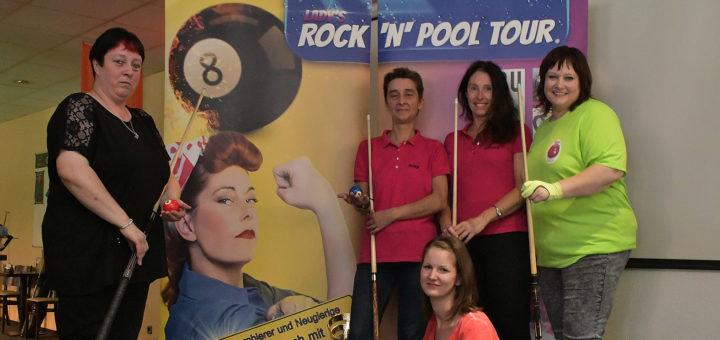 Bei der Lady's Rock'n'Pool Tour sind Anfängerinnen am Billardtisch willkommen. Der Spaß und die Unterstützung untereinander stehen im Vordergrund. Foto: Konczak
