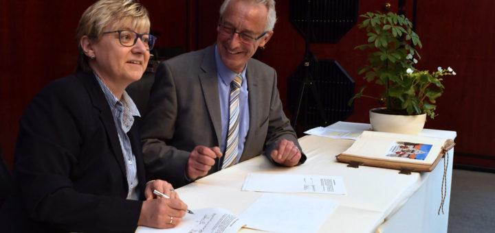 Niedersachsens Kultusministerin Frauke Heiligenstadt und der Delmenhorster Oberbürgermeister Axel Jahnz unterzeichneten im Rathaus den kooperationsvertrag. Foto: Konczak