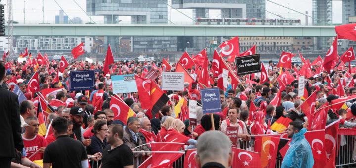 Viele Türken sind nach dem Putschversuch auf die Straßen gegangen, wie hier in Köln. Auch in Bremen wurde demonstriert, die Stimmung hat sich seitdem verändert. Symbolfoto/flickr