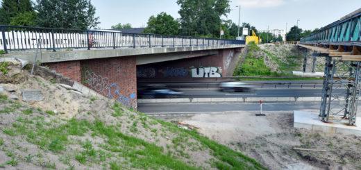 Marode Brücke an der Heinrich-Plett-Allee über die B75 vor dem Abriss; die Fußgängerbrücke bleibt bis zum Ende des Neubaus im November 2017 stehen. für den motorisierten Verkehr führt die Sperrung in Huchting derweil für viel Stau. Am Wochenende der B75-Sperrung (Bundesstraße muss wegen Brückenabriss gesperrt werden) muss der Verkehr eine Umleitung nehmen.