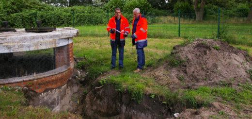 Dieter Meyer (links) und Torsten Prüß von der Stadtwerkegruppe stellten am Brunnen 1 die Pläne zum Bau neuer Förderanlagen in der Graft vor.Foto: Lürssen