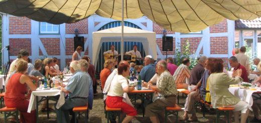 Das Kulturkreisfest auf Gut Sandbeck wird am 21. August wieder unter dem mittlerweile bekannten Lastenfallschirm gefeiert. Foto: red