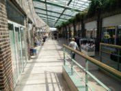 Die Einkaufspassage wird von Schnäppchengeschäften und Lehrständen dominiert. Foto: Niemann