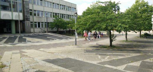 Der Platz, den man auf dem Weg ins Kattenturmer Zentrum überqueren muss, ist wenig ansehnlich. Foto: Niemann