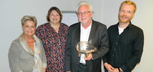Gernot Jesgarzewski (2.v.r.) überreichte je 500 Euro an Niels Meyring von der SOS-Beratungsstelle sowie Susanne Mehrtens und Regina Heiserholt (v.l.) vom DRK-Kindergarten Ihlpohl. Foto: Bosse