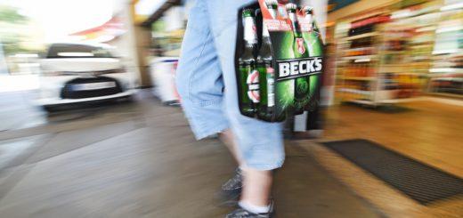 Das Sixpack in der Hand: Alkohol gibt es immer reichlich. Foto: Schlie