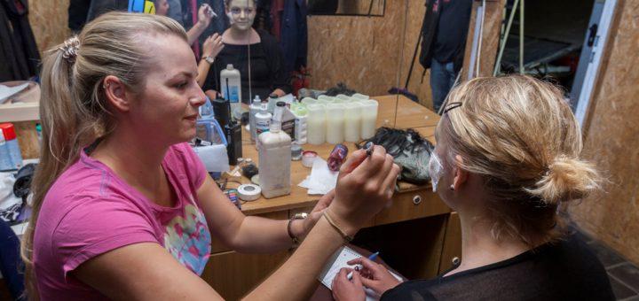 """Monika Sperlich ist nicht nur Artistin, sondern macht im """"Zirkus des Horrors"""" auch aus Menschen Monster. Foto: Barth"""
