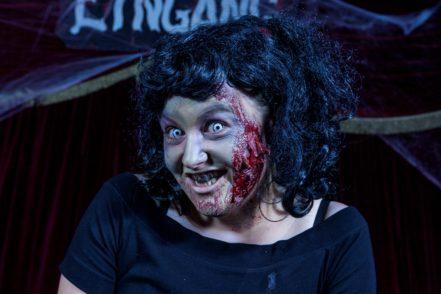 Nachher: Kunstblut, Latex und Kontaktlinsen machen das Zombie-Styling komplett. Foto: Barth