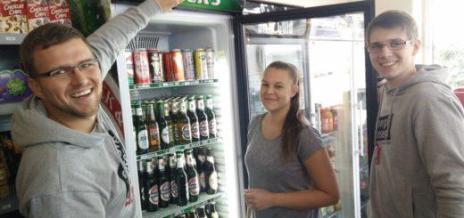 Die Studenten zeigen Kleinstunternehmern, wo sie in ihren Geschäften und Büros Energie sparen können. Foto: Niemann