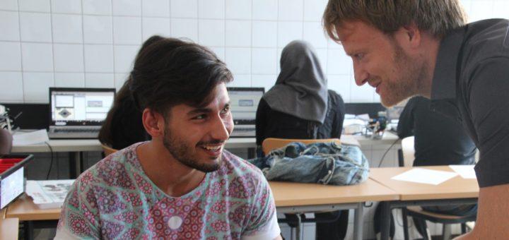Airbus-Mitarbeiter, Integrationslotsen und Deutschlehrer begleiten die jugendlichen Flüchtlinge. Foto: pv