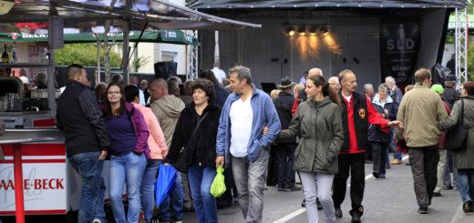 Ein Plausch am Getränkestand, ein Schnäppchen beim Flohmarkt und Musik auf der Bühne - in Hude ist am Wochenende Bürgerfest. Foto: Eckert