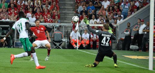 Der zweite Streich der Bayern: Robert Lewandowski (M.) überwindet Werder-Keeper Felix Wiedwald (r.) zum 2:0. Foto: Nordphoto