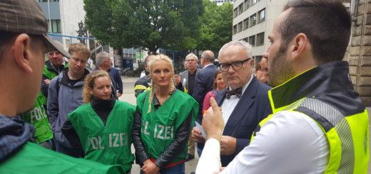 Die Polizisten rund um Jochen Kopelke bei der Kundgebung mit Staatsrat Hans-Henning Lühr. Foto: Niemann