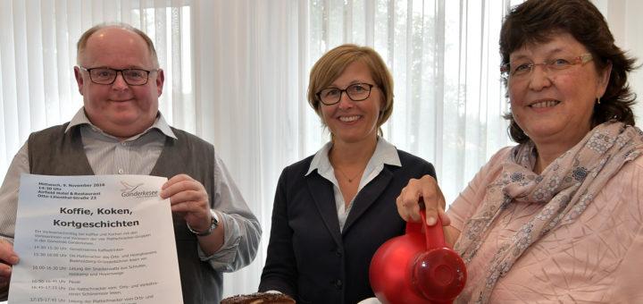 Dirk Wieting, Angela Hillen und Meike Saalfeld organisieren die plattdeutsche Woche und laden auch zu Geschichten op Platt bei Kaffee und Kuchen ein. Foto: Konczak