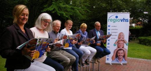 Die Qualitätsmanagerin und Programmbereichsleiter freuen sich über die zahlreichen neuen Kurse im Herbst-Programm der RegioVHS Ganderkesee-Hude. Foto: kh