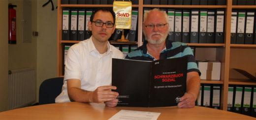 Alexander Witt und Hartmut Hesse zeigen das Schwarzbuch, das ihr Landesverband des Sozialverbands Deutschland (SoVD) herausgegeben hat. Foto: Möller
