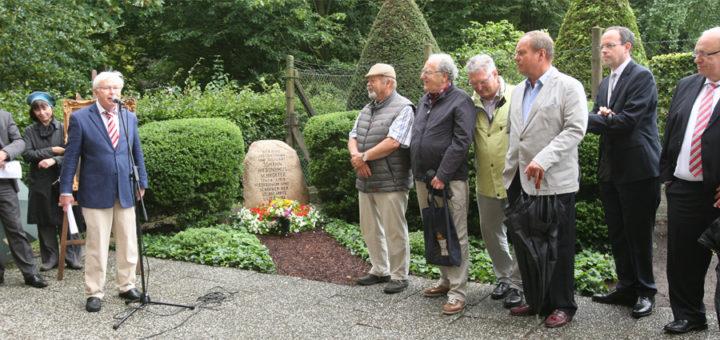Harald Kühn (Dritter von links), ehemaliger Vorsitzender des Heimatvereins, erinnerte Montag am Grab von Johann Hieronymus Schroeter an das Wirken des Oberamtmanns und bedeutenden Astronomen. Fotos: Duwe