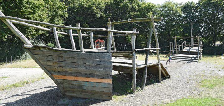 Der Spielplatz Blanker Hans in Huchting ist marode, das Seilbahn-Schiff muss daher 2017 durch etwas neues ersetzt werden. Nur drei der elf städtischen Spielplätze im Stadtteil bekommen einen guten Zustand zum Spielen bescheinigt. Foto: Schlie