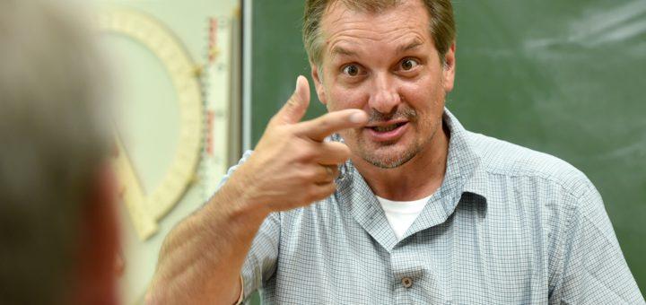 Thomas Platzki bringt den Schülern an der Marcusallee nicht nur Physik, sondern auch Gebärdensprache bei. Foto: Schlie