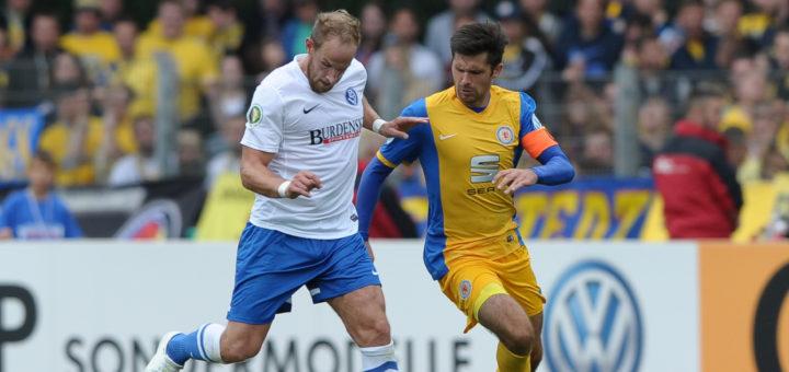 2014 verlor der BSV 0:1 gegen Braunschweig. Hier ist Nils Laabs (l.) schneller als Dennis Kruppke. Foto: Nordphoto