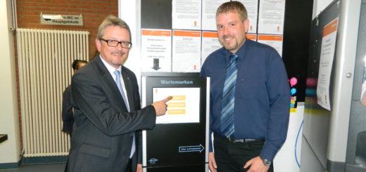 Landrat Bernd Lütjen und Kai Teckentrup (von links), Leiter der Zulassungsstelle, stellten das neue Touch-Modul vor. Foto: Bosse
