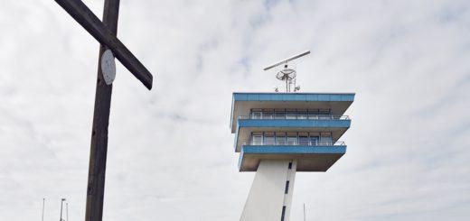 """Der Aussichtsturm soll als Landmarke erhalten bleiben. Was aus dem Restaurant """"Lankenauer Höft"""" wird, ist noch ungewiss.Foto: Schlie"""