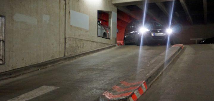 Unter anderem die Sicherheitsborde, welche die Fahrspuren trennen, stellen bisher noch ein Unfallrisiko dar. Foto: Bruns