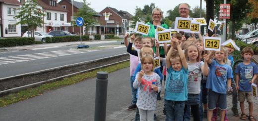 Die Kinder des Kindergartens St. Bernhard gaben die Bookholzberger Ortsdurchfahrt zusammen mit Bürgermeisterin Alice Gerken und Frank Zielesny von der Landesbehörde für Straßenbau und Verkehr feierlich frei.Foto: nba